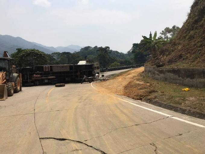 Chiếc xe lật nghiêng giữa đường, gây ách tắc giao thông.