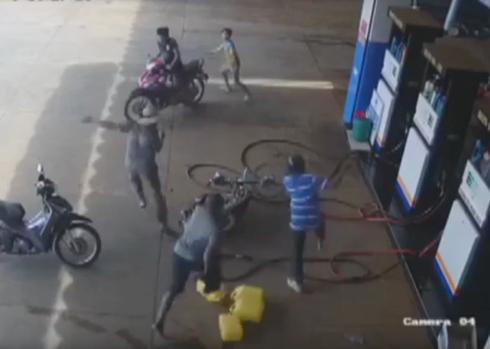 Ông Phong bị đâm nhiều nhát tại cửa hàng xăng ( Ảnh: cắt từ clip).