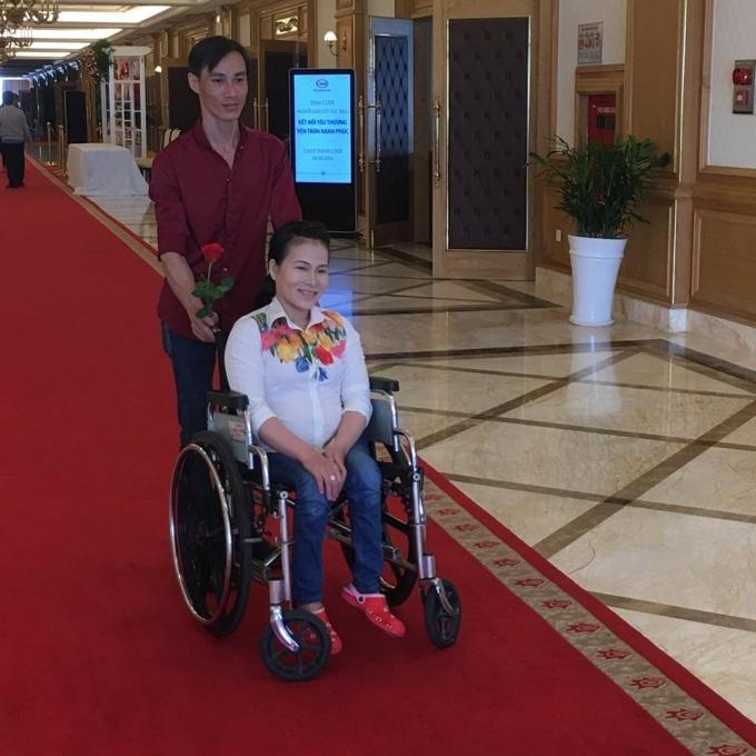Các đôi bạn trẻ khuyết tật đến đăng ký tham dự lễ cưới tập thể được dự định tổ chức vào ngày 20/10.
