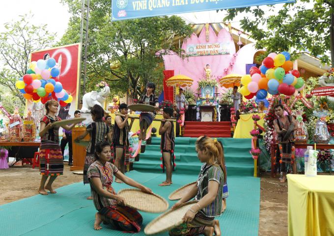 Các em Phật tử đồng bào dân tộc xã Bom Bo biểu diễn văn nghệ chào mừng.