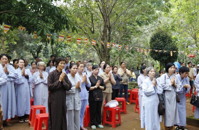 Phật tử đồng bào về tham dự.