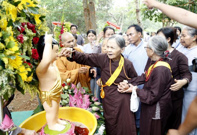 ...và đồng bào Phật tử thực hiện nghi thức tắm Phật.
