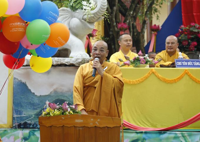 Thượng tọa Thích Đồng Tấn, Trưởng BTS GHPGVN huyện Bù Đăng đọc Diễn văn Phật đản của Hòa thượng Chủ tịch HĐTS.