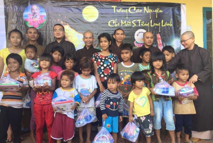 Hơn 200 em nhỏ tại xã Đồng Nai đón nhận quà Trung thu do chùa trao tặng. Được biết Đồng Nai là một xã còn khó khăn và tập trung đa số đồng bào dân tộc S'tiêng trên địa bàn huyện Bù Đăng, Bình Phước.