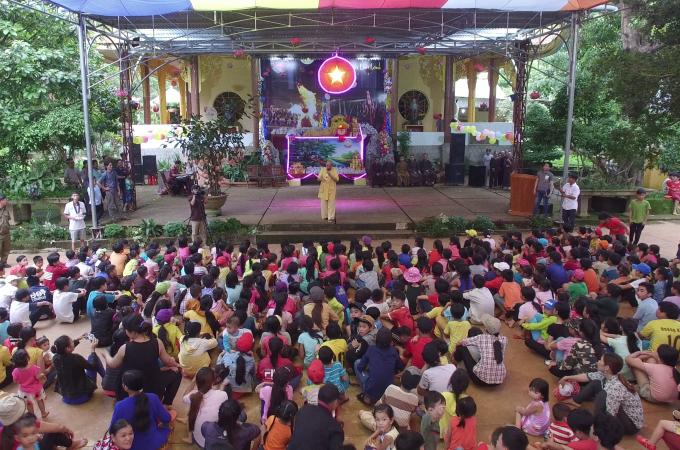 Hơn 600 em thiếu nhi đồng bào dân tộc và địa phương tập trung về chùa Đức Bổn A Lan Nhã vui trung thu.