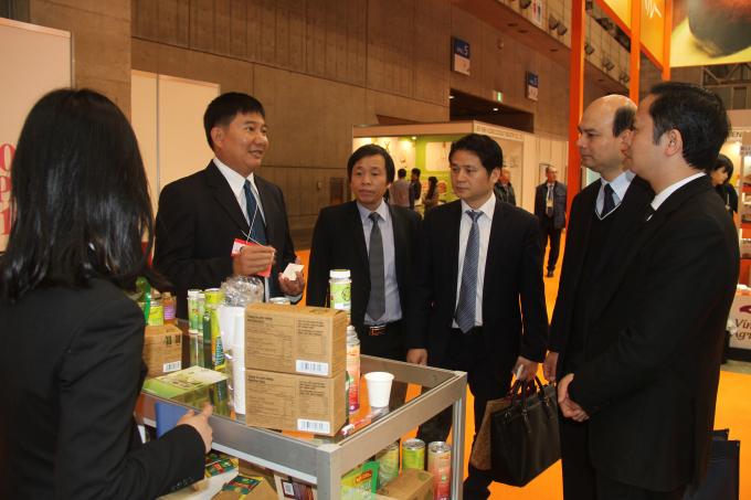 Ông Nguyễn Văn Hiển đang giới thiệu sản phẩm từ trái chanh xanh (lime) Việt Nam cho các đối tác quốc tế tại Nhật Bản.
