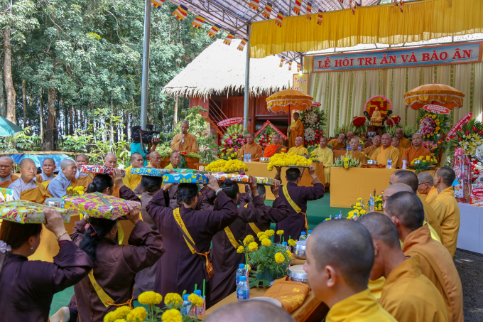 Dâng cúng y ca sa cho chư Tăng sau 3 tháng an cư theo truyền thống Phật giáo