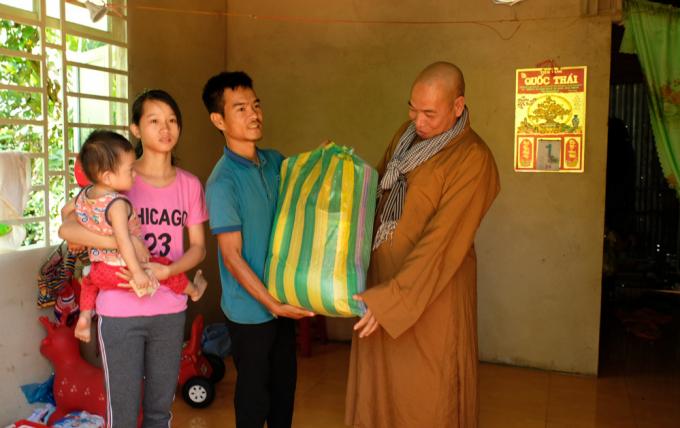 Trao tặng 1 căn nhà tinh thương nhân buổi lễ.