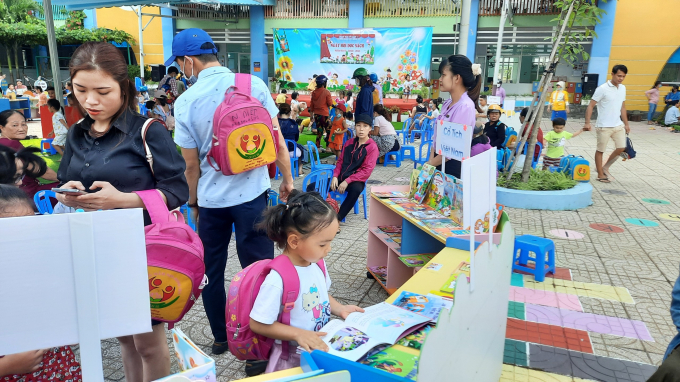 Xây dựng thói quen đọc sách từ gia đình chính là tạo cho bé sự hứng thú với sách.