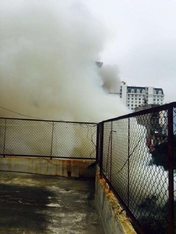 Chùm ảnh: Hỏa hoạn cực lớn tại phố Hồ Giám, Hà Nội