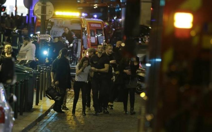 Lực lượng Cảnh sát pháp đưa những người bị thương ra khỏi hiện trường