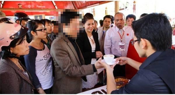 Một trong những hình ảnh hiếm hoi xuất hiện trên phương tiện truyền thông của bà Lê Hoàng Diệp Thảo (thứ hai từ phải sang). Nguồn: Internet.