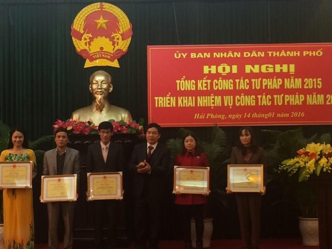 Các cá nhân được trao thưởng vì có thành tích xuất sắc trong năm 2015.
