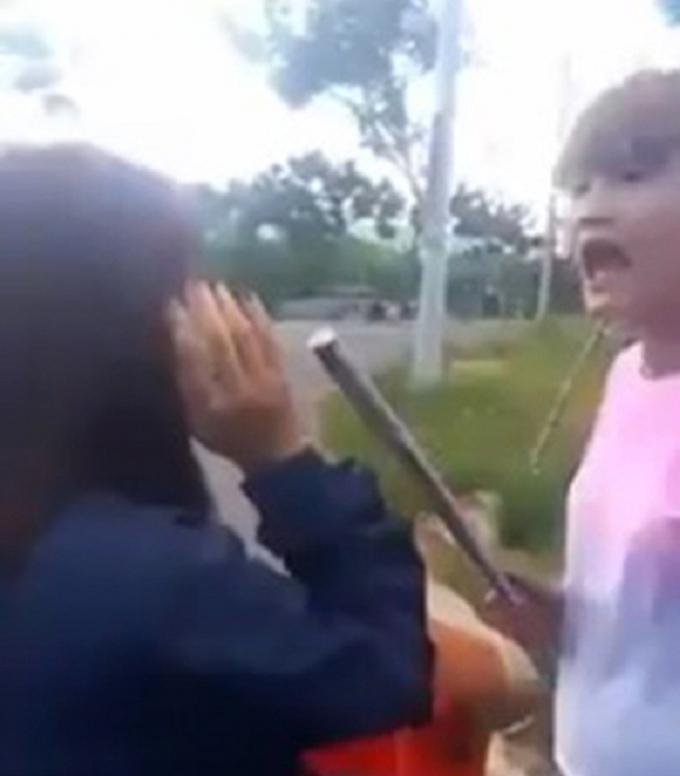 Cô gái cần gậy đánh liên tiếp vào đầu bạn.