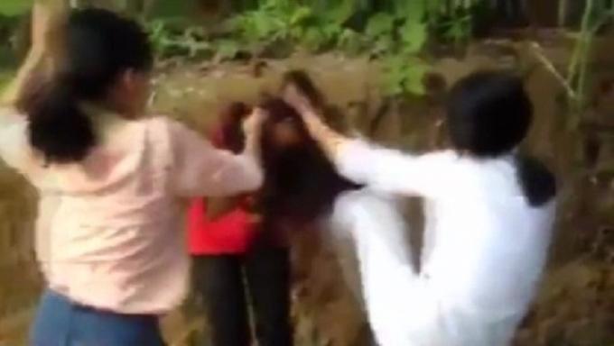 Hai nữ sinh liên tiếp tung ra những cú đòn đau lên người bạn đồng trang lứa.