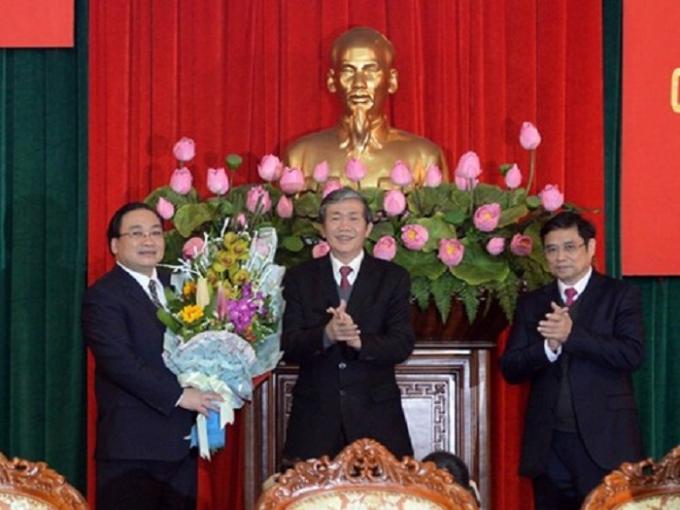 Sáng nay 5/2/2016, Đồng chí Đinh Thế Huynh - Thường trực Ban bí thư đã trao quyết định của Bộ Chính trị phân công Ủy viên Bộ Chính trị, Phó thủ tướng Hoàng Trung Hải làm Bí thư Thành ủy Hà Nội khóa XVI, nhiệm kỳ 2015 - 2020.
