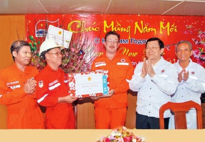 Chủ tịch nước Trương Tấn Sang trao quà Tết tặng cán bộ, nhân viên mỏ Bạch Hổ (Bà Rịa - Vũng Tàu). Ảnh: HOÀNG HẢI (TTXVN).