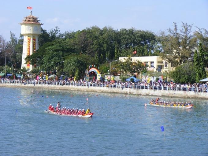 Hàng ngàn người đã đổ về dọc hai bên bờ sông Cà Ty (Phan Thiết, Bình Thuận) để theo dõi Lễ hội đua thuyền.