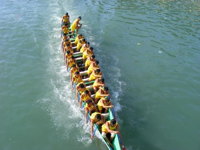 Mỗi đội đua gồm 25 thành viên.