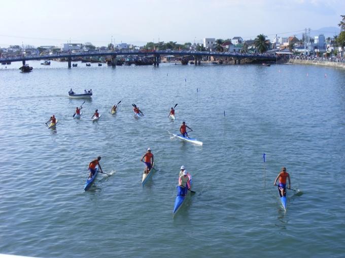 Ngoài ra còn rất nhiều các nội dung đua khác như đua thuyền đơn, đua thuyền đôi.