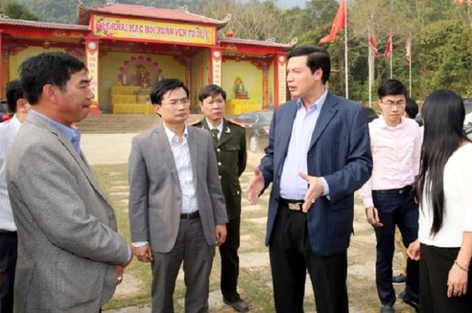 Ông Nguyễn Đức Long - Chủ tịch UBND tỉnh cùng lãnh đạo Uông Bí kiểm tra địa điểm tổ chức khai hội Yên Tử 2016. Ảnh: Báo Quảng Ninh.