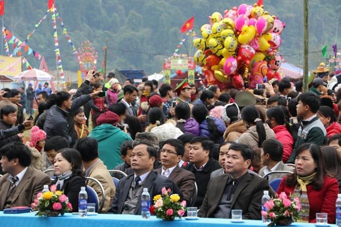 Đồng chí Nguyễn Văn Du (hàng trên, ghế giữa) - UVTW Đảng, Bí thư Tỉnh ủy Bắc Kạn tham dự và chủ trì lễ khai hội Lễ hội Lồng Tồng Ba Bể xuân Bính Thân (2016).Ảnh: Trung Du.
