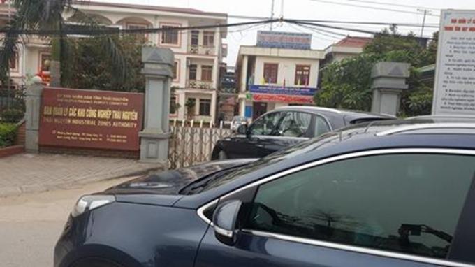 Dù trong giờ hành chính, xe của doanh nghiệp đến mua hồ sơ thầu vẫn bị bảo vệ BQL các Khu công nghiệp Thái Nguyên chặn lại trước cổng, không cho vào. Ảnh: Lưu Huệ.