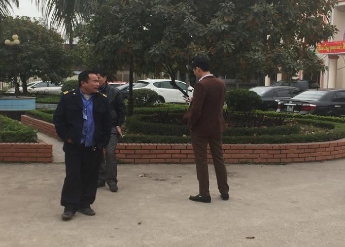 Bảo vệ củaBQL các Khu công nghiệp Thái Nguyên kiên quyết không cho đại diện doanh nghiệp vào nơi bán hồ sơ dự thầu. Ảnh: Trung Du.