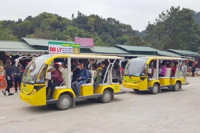 Xe điện của Công ty Tùng Lâm không hề được đăng ký, đăng kiểm nhưng luôn chất đầy khách chạy trên quãng đường 2km đồi dốc quanh co.