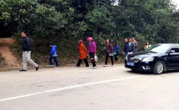 Du khách buộc phải cuốc bộ 2km đường đồi dốc quanh co vì Công ty Tùng Lâm chuyển bãi xe ra ngoài để