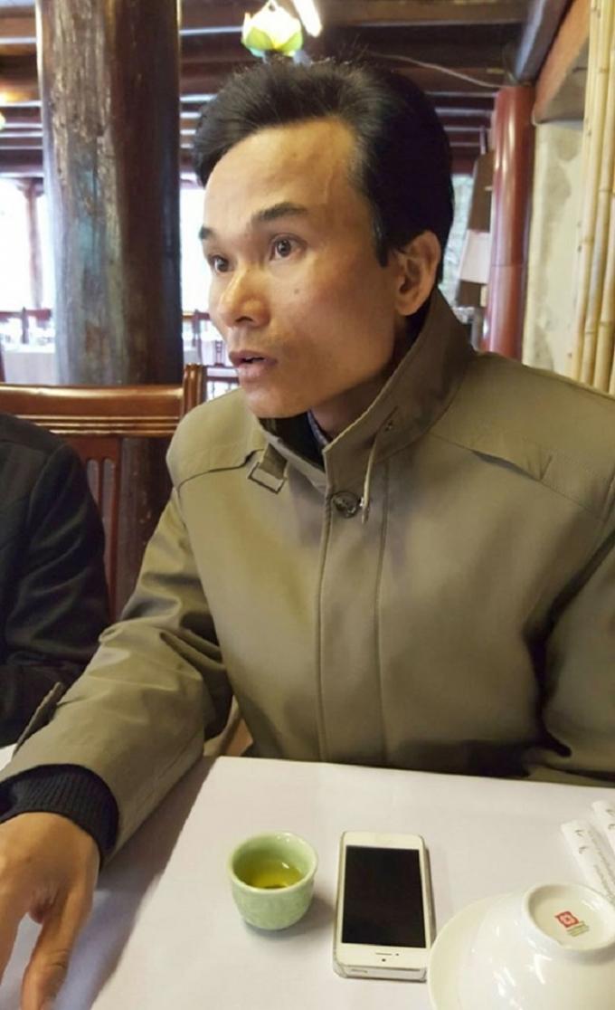 Ông Lê Trọng Thanh, Phó giám đốc Công ty Tùng Lâm trao đổi với nhà báo.
