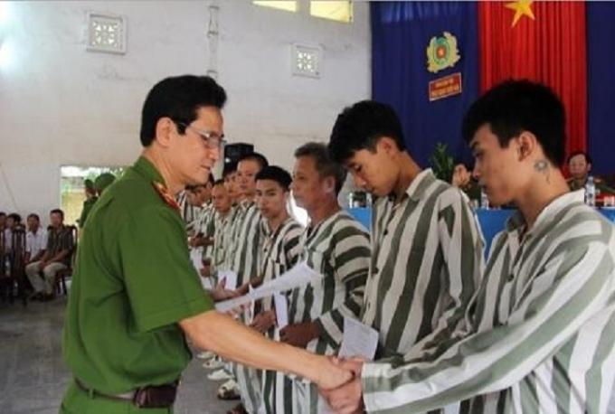 Trung tướng Nguyễn Ngọc Bằng trao chứng nhận tha tù trong một đợt đặc xá.