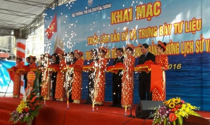 Thứ trưởng Trương Minh Tuấn cùng các đại biểu cắt băng khai mạc Triển lãm.