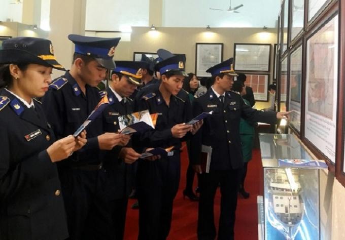 Các đại biểu tham quan tài liệu được trưng bày tại Triển lãm.