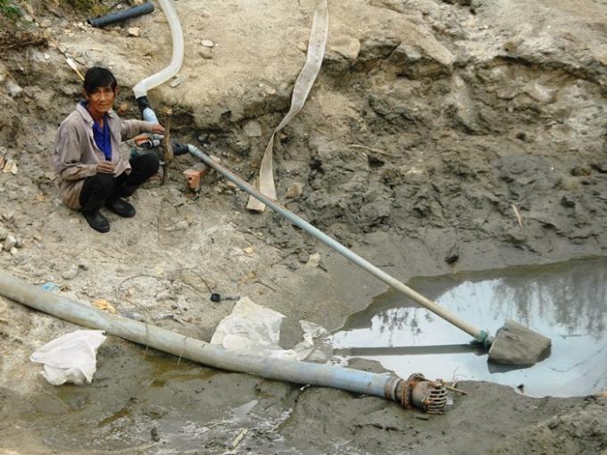 Nông dân 2 thôn Trung Sơn và Thượng Sơn băm vằm suối Cát vắt từng giọt nước cứu 136 ha lúa.Nông dân 2 thôn Trung Sơn và Thượng Sơn băm vằm suối Cát vắt từng giọt nước cứu 136 ha lúa.