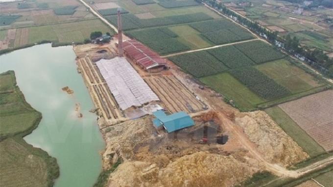Một hệ thống lò vòng không phép mọc lên sừng sững tại Hiền Ninh, Sóc Sơn. (Ảnh: PV/Vietnam+).