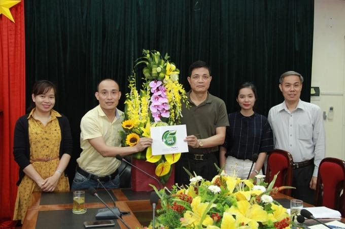 Nhà báo Phạm Quốc Cường (áo vàng bìa trái) - Tổng TKTS Phapluatplus.vn trong buổi làm việc với ông Nguyễn Thanh Phong (Thứ 3 từ phải sang) - Cục trưởng Cục An toàn thực phẩm Bộ Y tế về thông điệp chương trình