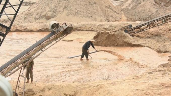 Hút cát ngay tại chân cầu Ngầm Chè, một công trình hiện xuống cấp nghiêm trọng.