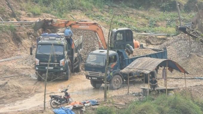 Hàng đoàn xe có dấu hiệu quá tải vô tư cày nát đường sá, cầu cống dưới sự bất lực của chính quyền địa phương xã Yên Định và huyện Sơn Động.