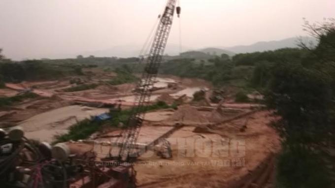 Đại công trường khai thác cát, sỏi của HTX Yên Định ngay chân cầu Ngầm Chè.