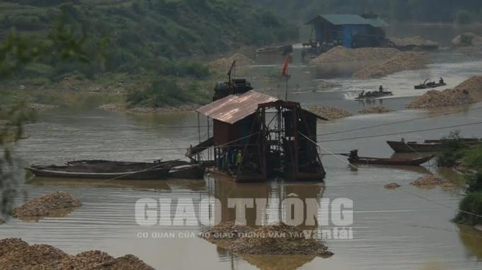 Đất, đá được và chất thải được chất thành núi trên sông Lục Nam.