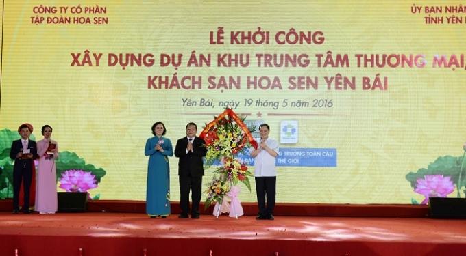 Đại diện Tỉnh ủy, HĐND, UBND Tỉnh Yên Bái tặng hoa chúc mừng Tập đoàn Hoa Sen.