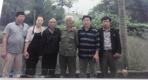 Ông Nguyễn Văn Hòa đưa ông Thêm cùng 3 cơ quan báo chí đi tìm gặp nhân chứng sống là ông Cù Tiện (giữa) - người đã xác nhận hung thủ vụ án đêm 23/7/1970 là Phùng Thanh Nhàn. (Ảnh Tư liệu do ông Hòa cung cấp).