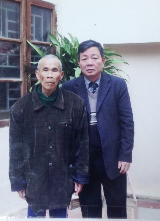 Ông Nguyễn Văn Hòa (phải) kiên trì đưa ông Thêm đi tìm công lý hết nơi này đến nơi khác. (Ảnh Tư liệu do ông Hòa cung cấp).
