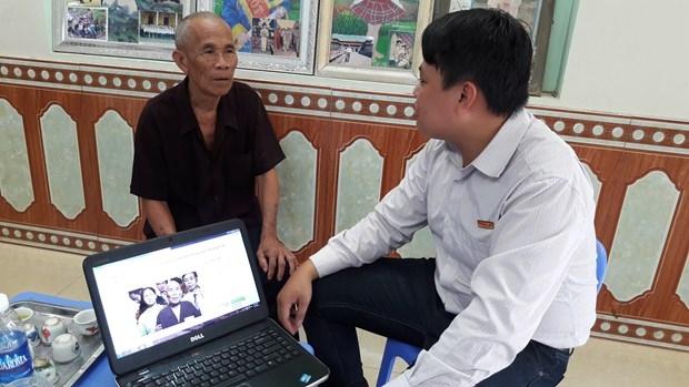 Xúc động trước hành trình đi tìm công lý của ông Trần Văn Thêm, Báo Pháp luật Việt Nam đã quyết định trao tặng ông số tiền 5 triệu đồng để động viên ông.