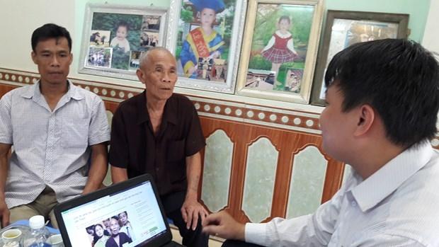 Ở đầu cầu Bắc Ninh, ông Trần Văn Thêm đang tham gia trả lời trực tuyến các câu hỏi của độc giả cùng với sự hỗ trợ của Phóng viên Nguyễn Xuân Trường, Báo PLVN.