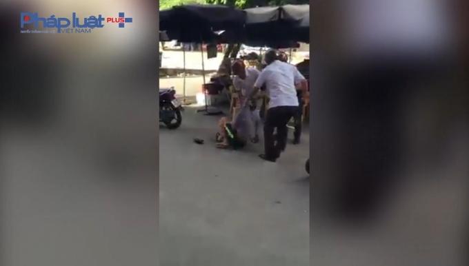 Các cán bộ truy bắt đối tượng được cho là trốn trại tại chợ Đồng Quang, TP Thái Nguyên.
