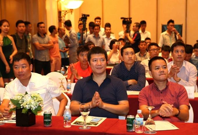 BLV Quang Huy (áo đen, ở giữa) sẽ được mời tham gia bình luận các trận đấu dành cho các đội bóng phong trào hàng đầu.
