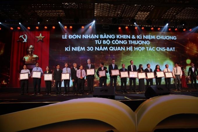 Đại diện Bộ Công Thương trao Bằng khen và kỉ niệm chương cho các tập thể, cá nhân đang công tác tại CNS và BAT.