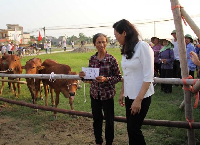 Vingroup hỗ trợ 200 bê cái cho các hộ nghèo tỉnh Thái Bình gây giống